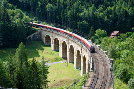Trein on the viaduct over the Adlitzgraben on the Semmering Railway. 版權商用圖片