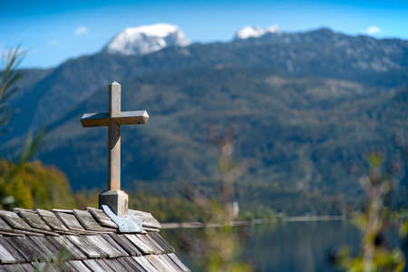 Wooden cross on a boathouse at the Lake Grundlsee in the Salzkammergut in Styria, Austria. 版權商用圖片 - 163206070