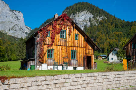 Rural country house with mountains in the background, Grundlsee, Styria, Austria. 新聞圖片