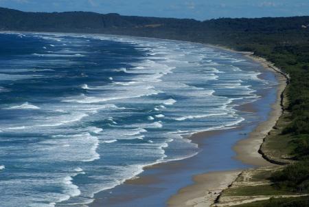 encrespado: Un paisaje foto de una playa junto al mar picado dram�tica