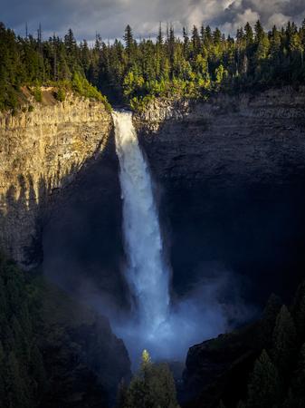 Sunset illuminating the top part of Helmcken Falls, Canada 免版税图像