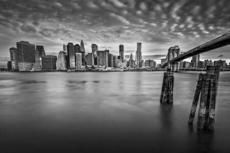 Interessting cloudscape over the New York skyline viewed from Brooklyn Bridge Park, USA 免版税图像