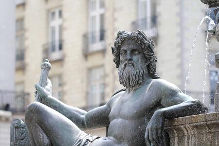 royale: Estatua Le Cher en la fuente de la Place Royale de Nantes Francia Editorial
