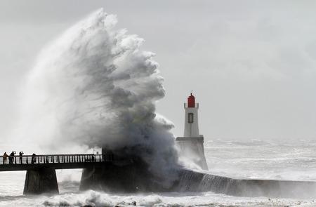 Tempête sur un phare Banque d'images - 46352788