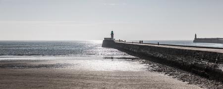 iluminado a contraluz: Panorámica sobre el pequeño embarcadero de les Sables d'Olonne en Francia Foto de archivo