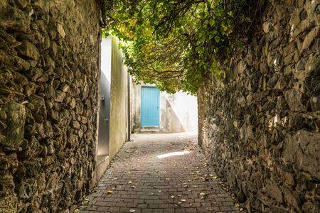 Rue Villebrequin à la Chaume (Les Sables d'Olonne, France) Banque d'images - 78645407