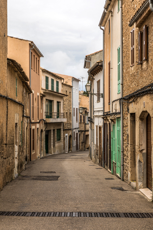 Street of the old town of Arta on Majorca island (Balearic Islands, Spain) 版權商用圖片
