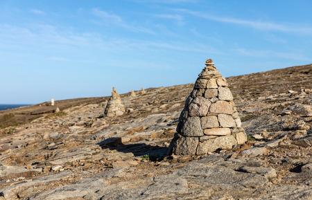 Cairn, piles of stones on the coast of Port Guibello in Saint-Pierre Quiberon (Morbihan, France) Imagens