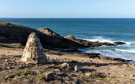 Cairn, piles of stones on the coast of Port Guibello in Saint-Pierre Quiberon (Morbihan, France) Reklamní fotografie