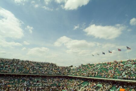 tennis stadium: audiencia en cancha de tenis durante el franc�s  Foto de archivo