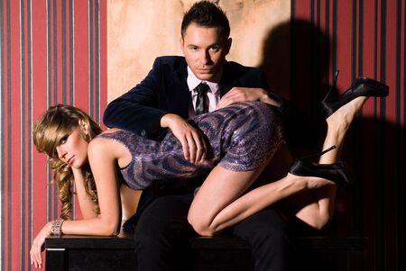 medias mujer: Atractiva pareja en una habitaci�n oscura