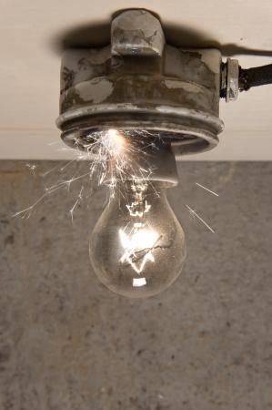 cables electricos: Vieja l�mpara con un problema al circuito iniciar un incendio Foto de archivo