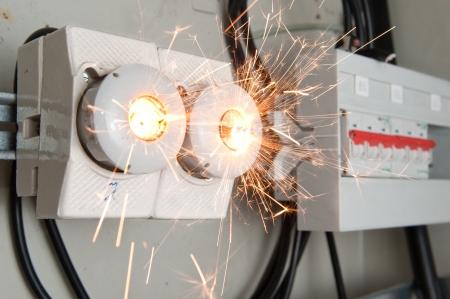descarga electrica: Sobrecarga en el circuito eléctrico que provoca un fusible para romper
