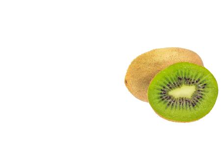 segmento: Segmento de kiwi en rodajas aislado en el recorte de fondo blanco