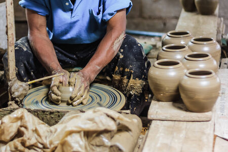 vieze handen: dirty hands making pottery in clay on wheel