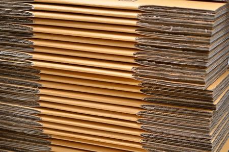 cardboard cutout: Pila di scatole contenitore di cartone prima di montare la scatola Archivio Fotografico