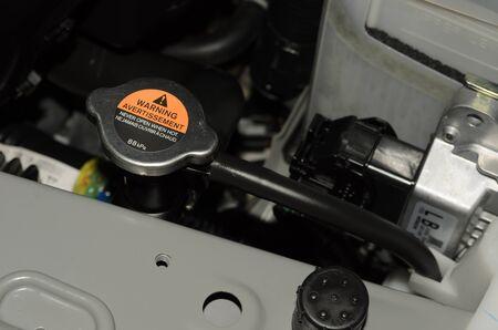 radiador: Cubierta de metal sobre un radiador para la refrigeraci�n del motor