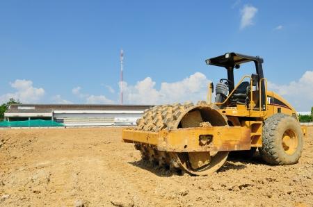maquinaria pesada: fijación rodillo compactador de trabajo en el sitio de construcción