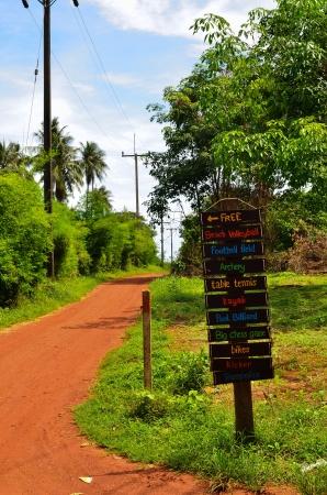 terrain foot: Paysage rural d'�t� avec la vieille route et signe
