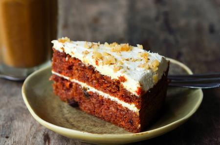 porcion de torta: Pedazo de torta en la mesa de madera Foto de archivo