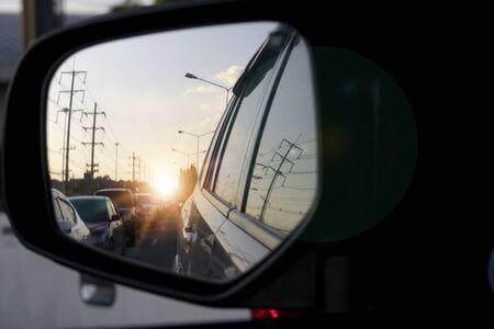 À l'intérieur de la voiture sur le rétroviseur latéral pour un voyage ou un embouteillage dans l'arrière-pays.