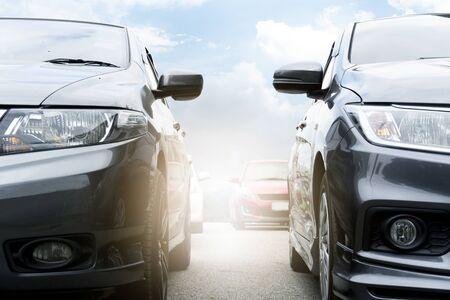 Vor den Autos bereiten Sie sich auf den Wettkampf oder den Roadtrip vor. mit Licht. Standard-Bild