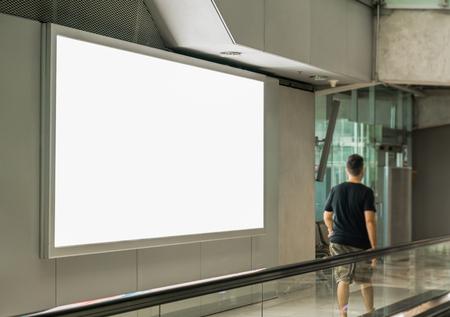 Puste plakaty billboardowe na lotnisku, pusta tablica reklamowa na lotnisku.