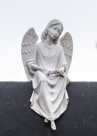 engel: Engel Skulptur aus Stein auf schwarzem Sockel Stock Photo