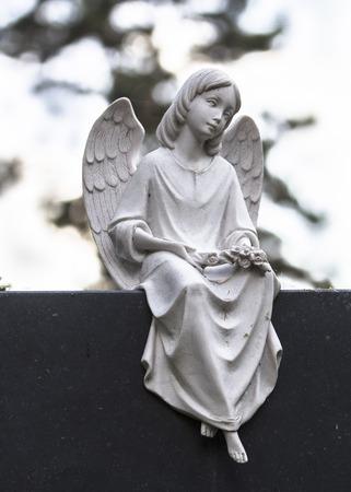 Engel Skulptur aus Stein auf schwarzem Sockel Stock Photo