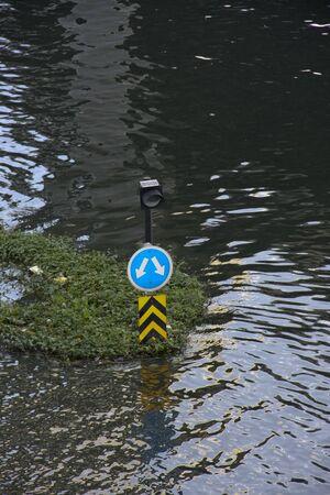 ahogarse: Flood, coche m�s se ahogan en el agua, La calle parecen conducto