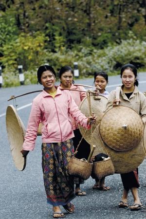 lao: La vie quotidienne, nous pouvons voir des femmes de la maison charger quelque chose au march� au Laos, que sont le style de vie au Laos