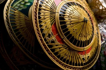 un chapeau de bambou et de feuilles de palmier en forme comme un bassin inversé