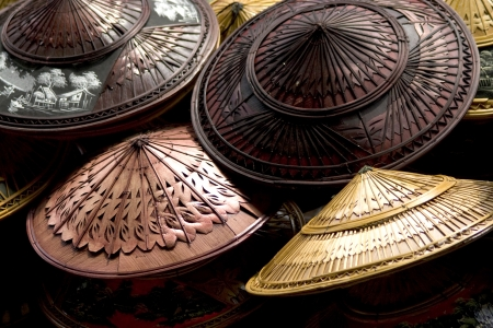 un chapeau de bambou et de feuilles de palmier en forme un bassin inversé