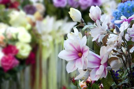 adentro y afuera: Ramo de flores artificial en un lado del fondo del marco es Ramo flor artificial en fuera de foco