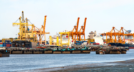 BANGKOK, TAILANDIA - el 23 de junio de 2015: buque de carga y remolcador con contenedores, la logística de negocios de importancia, ejecutar desde el estuario a lo largo del río Chao Phraya, mientras que la falta de agua del problema de El Niño en Tailandia.