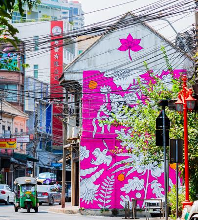 rikscha: BANGKOK, THAILAND - 13. März 2016: Tuk Tuk oder drei Fahrrädern in Chinatown. Einmal sollte man in Bangkok nicht fehlen. Hintergrund ist Graffiti auf dem alten Gebäude. Editorial