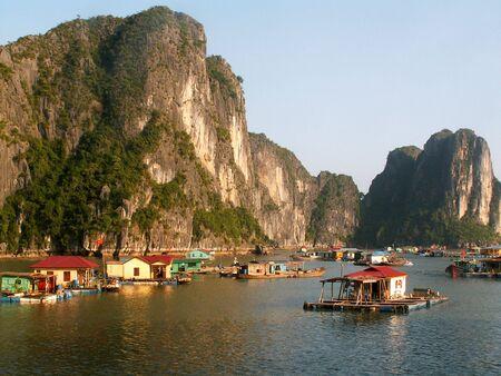 boast: Villaggio galleggiante sulla baia di Halong, Vietnam