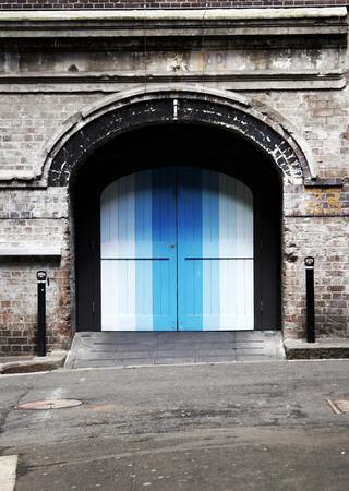 backstreet: Colores azul puerta a una vieja pared de ladrillo, Backstreet entrada, fondo