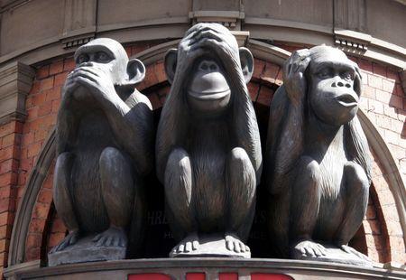 oir: Tres monos con diferentes caras - no hablar, no ver, no o�r  Foto de archivo