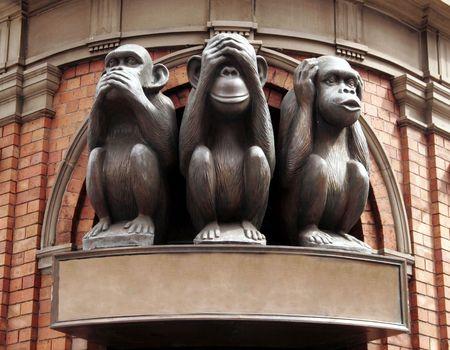 oir: Tres monos con diferentes caras - No hablar, no ver, no escuchar