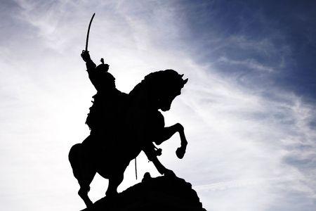 cavalryman: Estatua de la Saber jinete montado en un caballo, silueta  Foto de archivo
