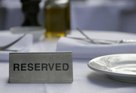 reservacion: Metalizado plata reservados a firmar una mesa de restaurante  Foto de archivo