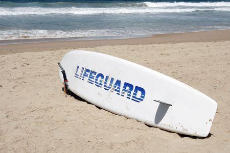 salvavidas: Un socorrista de salvamento tabla de surf en la playa, Sydney, Australia  Foto de archivo