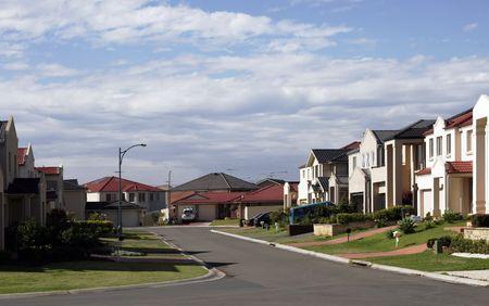 Suburban Street Met Nieuwe Moderne huizen in een Voorstad Sydney op een zonnige zomerdag, Australië Stockfoto