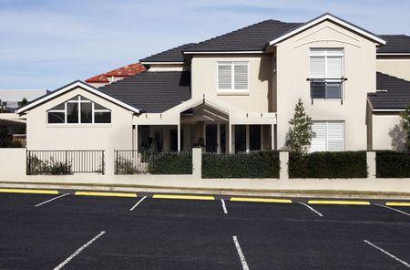 fachadas de casa: Nuevo Town House Moderno Suburbana En un suburbio de Sydney en un soleado d�a de verano, Australia