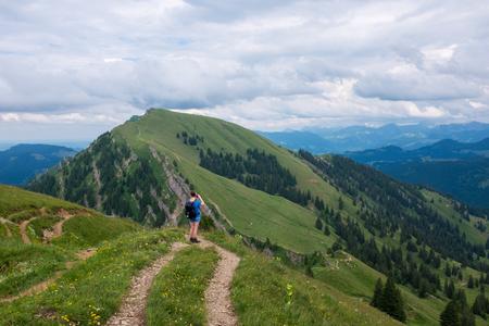 Vrouwelijke wandelaar in de Duitse Alpen Stockfoto - 86105737