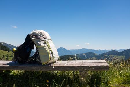 Wandelen rugzakken met Duitse alpen achtergrond Stockfoto - 86029564