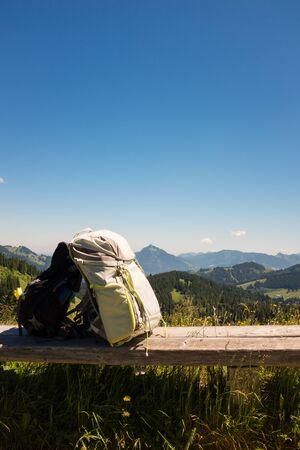 Wandelen rugzakken met Duitse alpen achtergrond Stockfoto - 86029565