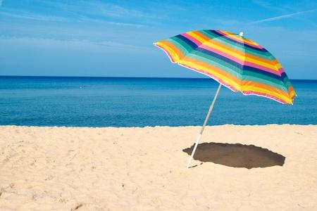 ombrellone spiaggia: Ombrellone in una giornata di sole, mare sullo sfondo