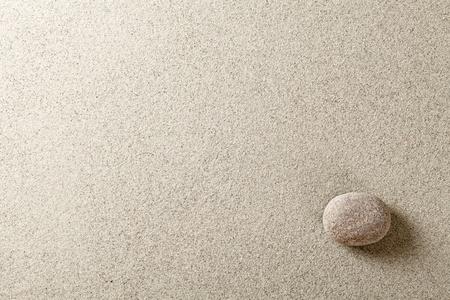 zen stones: Beige piedra en el lado derecho de fondo de arena